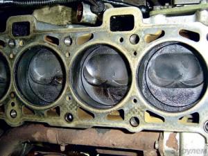 Нагар на зеркале поршня при использовании обычного АИ-95 (сверху) и BP 95 Ultimate (снизу). Источник
